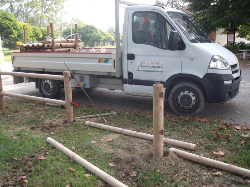 lavori di messa in posa pali in legno per staccionata
