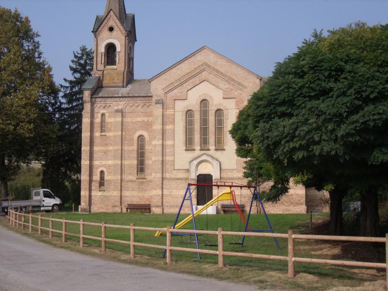 staccionata in legno realizzata davanti alla chiesa della Reala - Corneliano d'Alba